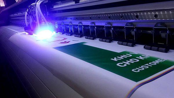In uv dùng đèn led sấy khô cho bề mặt sản phẩm.
